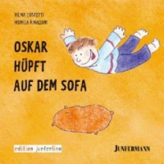 Oskar hüpft auf dem Sofa