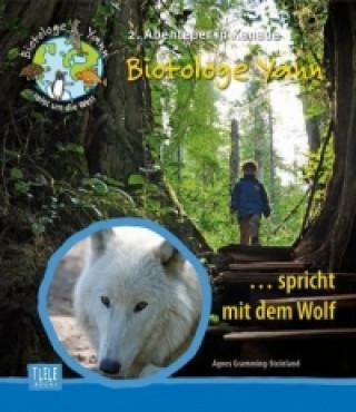 Biotologe Yannspricht mit dem Wolf